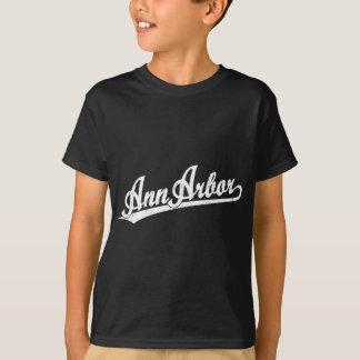 Ann Arbor skrivar logotypen i vit T-shirt