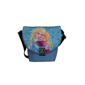 Anna och Elsa | som kramar Messenger Bag
