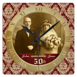 Anpassadefotoet tar tid på rött damastast romerskt fyrkantig klocka