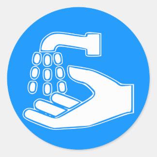 Anställda tvättar händerrundaklistermärkear runt klistermärke
