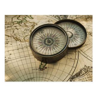 Antik kompass på karta vykort