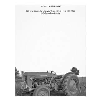 Antik traktor i svartvitt brevhuvud