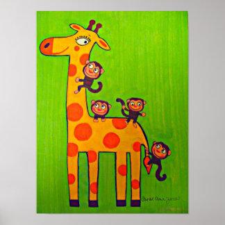 Apor som leker med giraffet poster