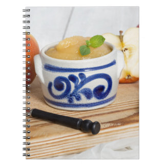 Applesauce med kanel i stengodsbunke anteckningsbok med spiral