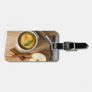 Applesauce med kanel i stengodsbunke bag tag