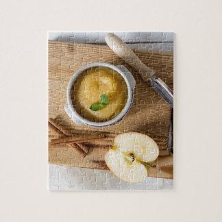 Applesauce med kanel i stengodsbunke foto pussel