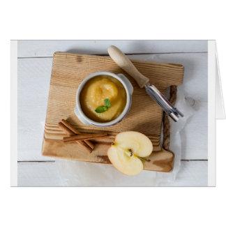 Applesauce med kanel i stengodsbunke hälsningskort
