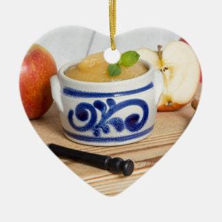 Applesauce med kanel i stengodsbunke julgransprydnad keramik
