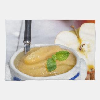 Applesauce med kanel i stengodsbunke kökshandduk