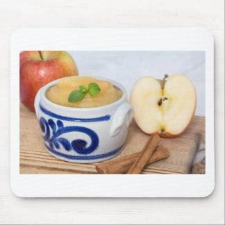 Applesauce med kanel i stengodsbunke musmatta