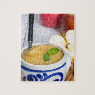 Applesauce med kanel i stengodsbunke pussel med foto