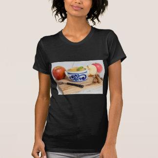 Applesauce med kanel i stengodsbunke t shirts