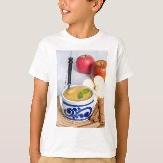 Applesauce med kanel i stengodsbunke tee shirt