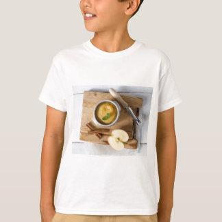 Applesauce med kanel i stengodsbunke tee shirts