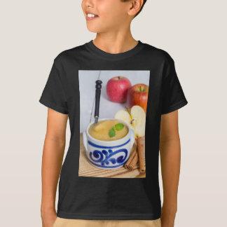 Applesauce med kanel i stengodsbunke tshirts