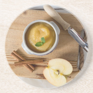 Applesauce med kanel i stengodsbunke underlägg