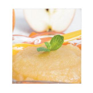 Applesauce med kanel och den orange skeden anteckningsblock