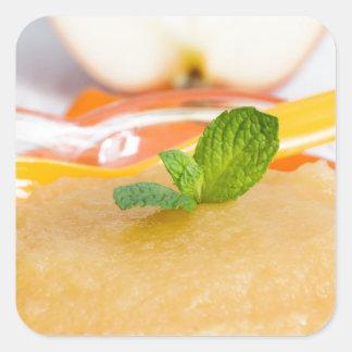 Applesauce med kanel och den orange skeden fyrkantigt klistermärke