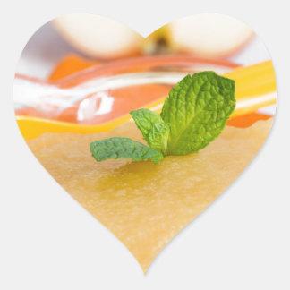 Applesauce med kanel och den orange skeden hjärtformat klistermärke