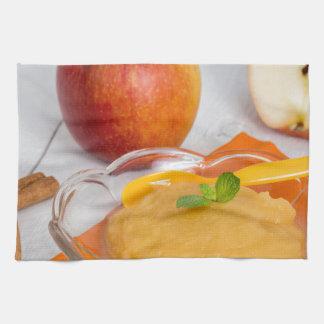 Applesauce med kanel och den orange skeden kökshanddukar