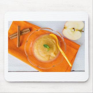 Applesauce med kanel och den orange skeden mus matta
