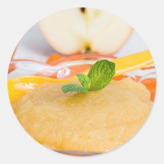 Applesauce med kanel och den orange skeden runt klistermärke