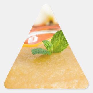 Applesauce med kanel och den orange skeden triangelformat klistermärke