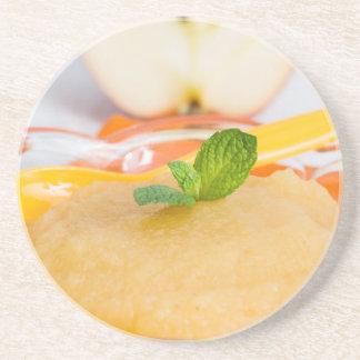 Applesauce med kanel och den orange skeden underlägg sandsten
