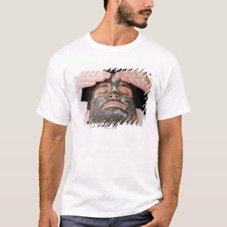 Applicera skincareansikte maskera med salt tshirts