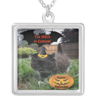 Är den svart katten för halsbandet häxan kommande silverpläterat halsband