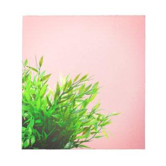 Arbeta i trädgården för natur för rosa- och anteckningsblock