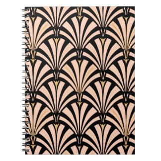 Art décofläktmönster - persika på svart anteckningsbok med spiral