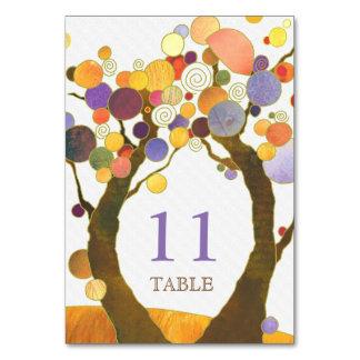 Artsy moderna kärlekträd som gifta sig bordsnummer
