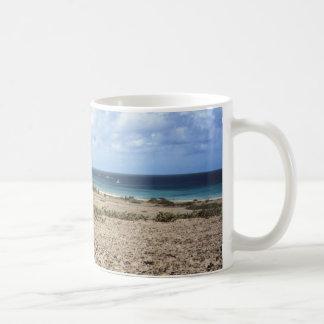 Aruba beskådar det steniga hav kaffemugg
