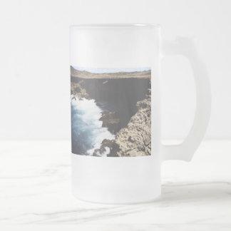 Aruba hav som kraschar på stenarna frostad glas mugg