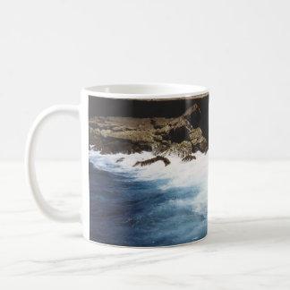 Aruba hav som kraschar på stenarna vit mugg