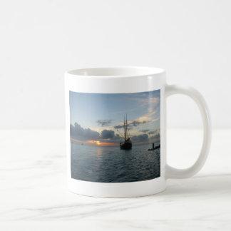 Aruba med fartyget & solnedgång vit mugg