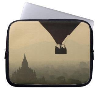 Asien Myanmar, Bagan, ballong över tempel av Laptop Sleeve