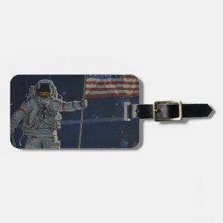 Astronaut på månen med amerikanska flaggan bagagebricka