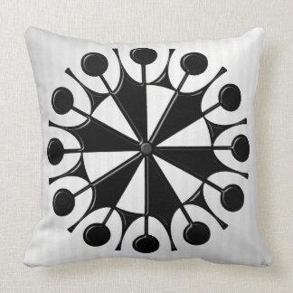 Atomålder som är grafisk i svart på vit kudde