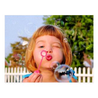 Att blåsa för flicka bubblar vykort