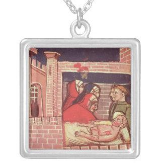 Att bry sig för en sårad man i ett slott halsband med fyrkantigt hängsmycke