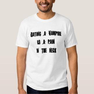 Att datera en vampyr är en painin nacken t shirt