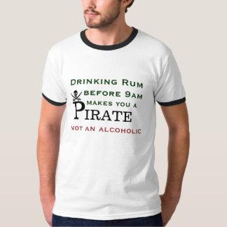 Att dricka rom gör dig en pirat t-shirts