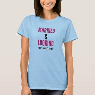 Att gifta sig och tittar (med hubby'sens hjälp) t-shirts