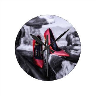 Att hänga med röd högklackar för vänner skor in rund klocka