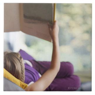 Att lägga för flicka besegrar den läs- boken kakelplatta