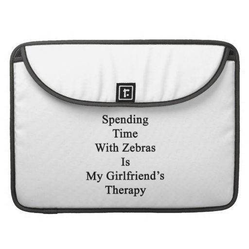Att spendera Time med zebror är min flickvän Thera Sleeves För MacBooks