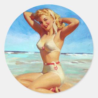 Att värma sig på stranden klämmer fast upp runt klistermärke