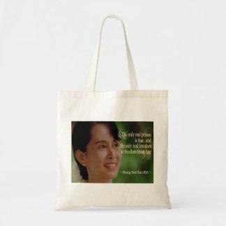 Aung San Suu Kyi hänger lös Tygkasse
